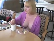 Mummy horny and makes breakfest